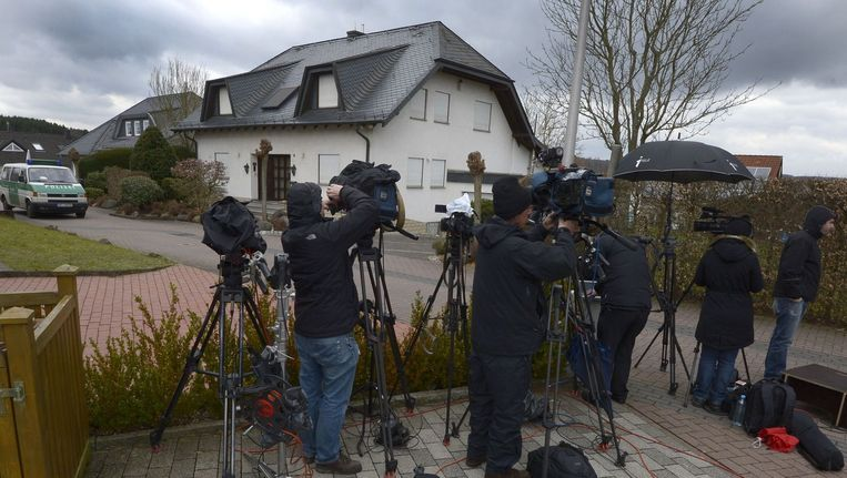 Journalisten staan voor het huis waar copiloot Andreas Lubitz van het gecrashte toestel van Germanwings woonde. Beeld anp