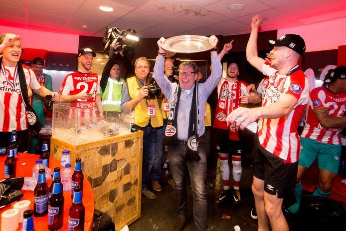 Wim Rip tilt de kampioensschaal omhoog in de kleedkamer van PSV.