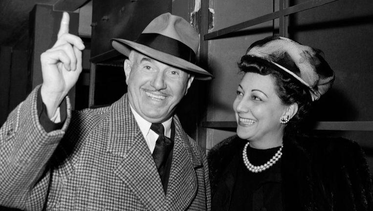 Jack Warner in 1946 met zijn vrouw Ann Page. Jack kreeg alle aandelen van de studio in handen, maar verkocht ze in 1966. Als onderdeel van Time Warner leeft de familienaam voort. Beeld getty