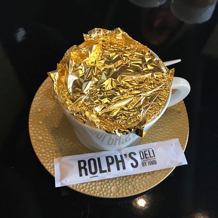 24karaats koffie bij Rolph's Deli in Rotterdam, € 12. rolphsdeli.nl. Beeld null
