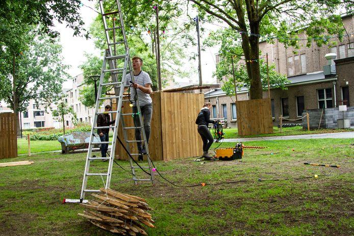 De voorbereidingen in het park voor de komst van het terras.