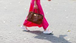 Zo draag je een lange jurk met sneakers zoals alle fashionista's