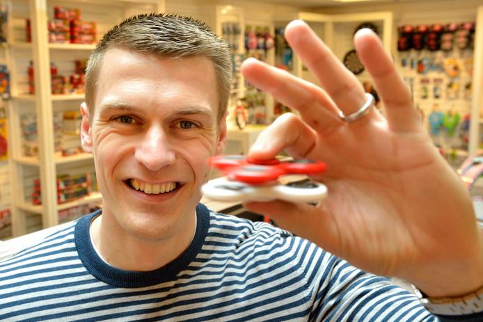 Angelo Cillekens, eigenaar van UP International, met de nieuwe speelgoedrage van dit moment: de Fidget Spinner .