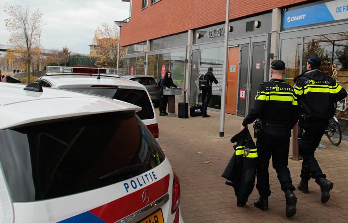 Politie doet onderzoek bij de woning aan de Perengaarde.
