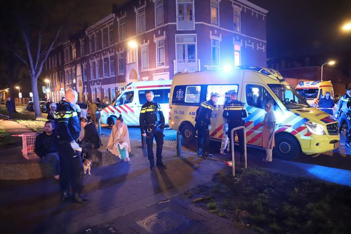 Buren werden buiten door ambulancepersoneel nagekeken
