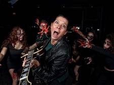 Rocken met zombies in gebouw-T