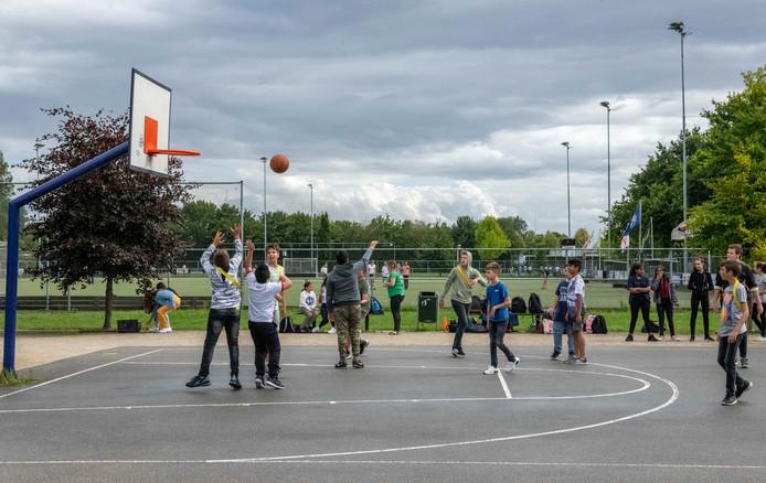 De nieuwe brugklasleerlingen van het Lodewijk College hebben een introductie-sportdag vandaag als eerste lesdag van het schooljaar.