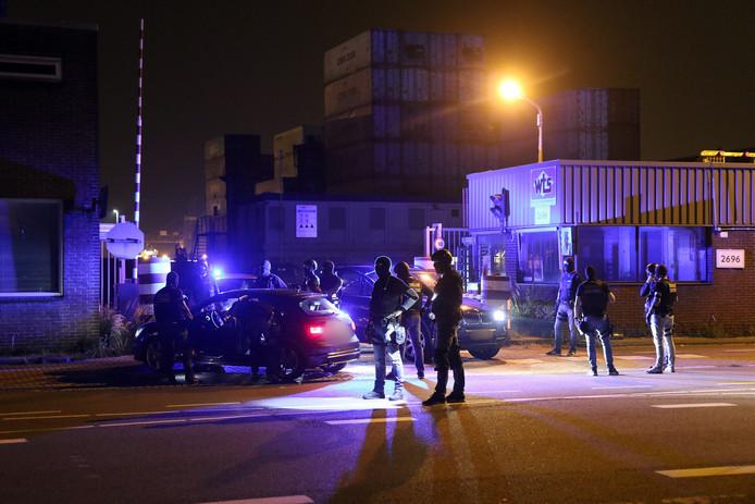 Het Team Bijzondere Bijstand (TBB) van de douane in de Rotterdamse haven arresteerde augustus vorig jaar de drie verdachten op het containeropslagbedrijf in Rotterdam-Heijplaat.