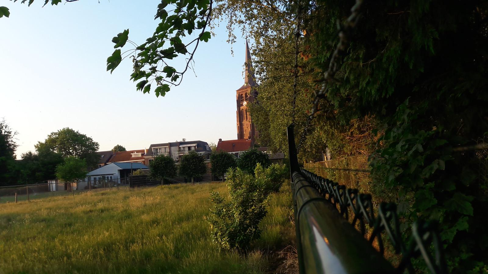 Het Torenpad, met monumentale status doorsnijdt, het oude centrumplan van Moergestel. Links liggen de percelen van de families Ketelaars en Van Hulten.