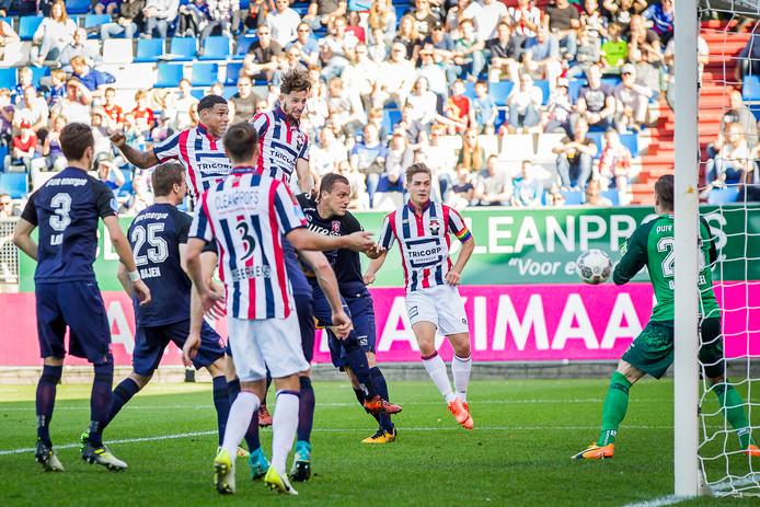 Fran Sol maakt gelijk uit een corner in de wedstrijd tegen FC Twente.