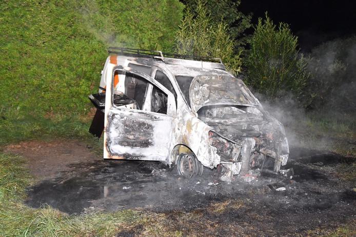 De bedrijfsauto brandde uit aan de Maasdijk in Poederoijen.
