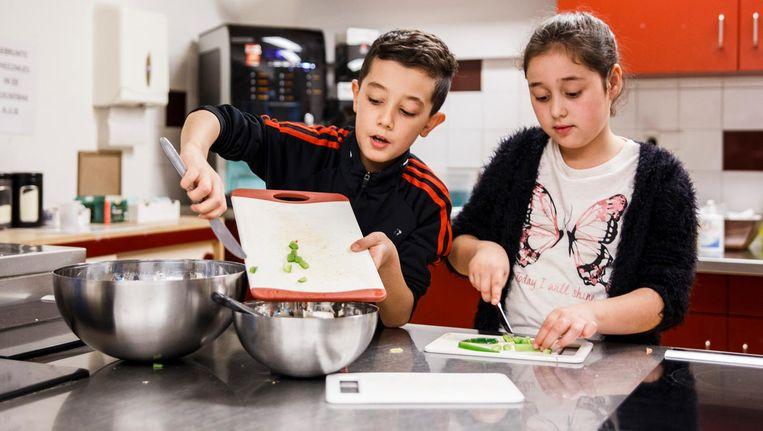 Na school is er bijvoorbeeld kookles, voor kinderen die nog niet naar huis willen of kunnen. Of judo, techniek, voetbal, schaken of fashion Beeld Carly Wollaert