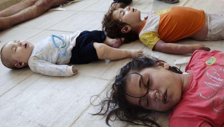 De lichamen van de kinderslachtoffers van de vermeende gifgasaanval Beeld afp