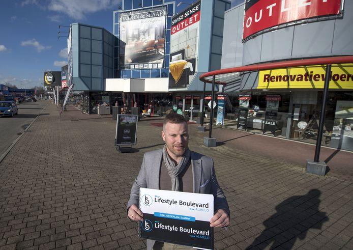 Ondernemer Joost Tiemersma op de Woonboulevard waar zondag een braderie wordt gehouden.