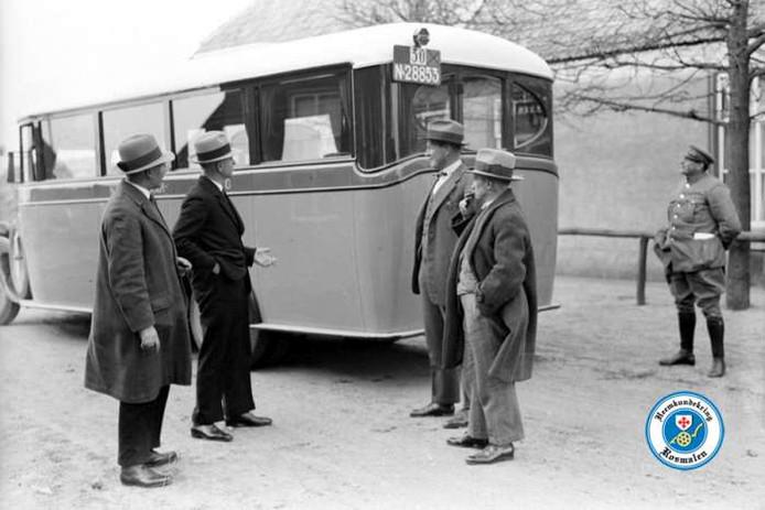 De officiële inbedrijfstelling van de autodienst Den Bosch - Rosmalen door de Helmondsche Tramweg Maatschappij in de Dorpsstraat te Rosmalen op  2 april 1931.
