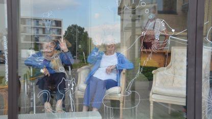 Bewoners Ter Engelen genieten van Quarantekeningen op ramen woonzorgcentrum