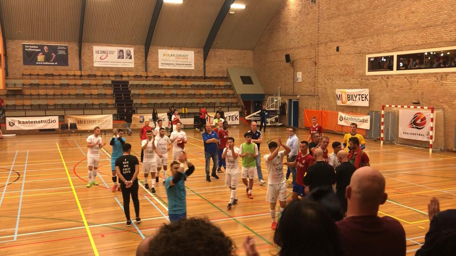 De spelers van Groene Ster Vlissingen bedanken het publiek.