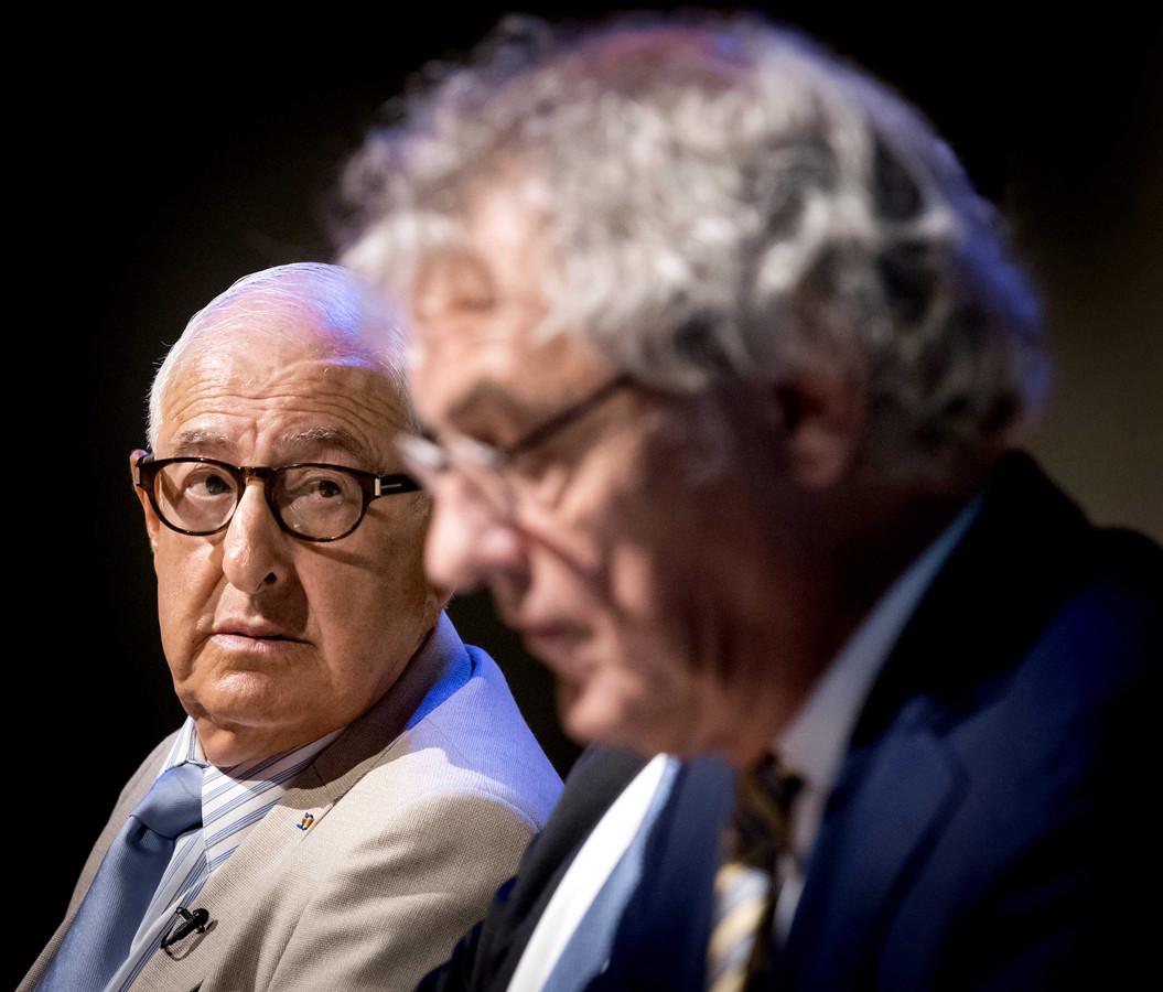 President-directeur NS Roger van Boxtel met Holocaust-slachtoffer Salo Muller (links) tijdens de persconferentie over de   schadevergoedingen.