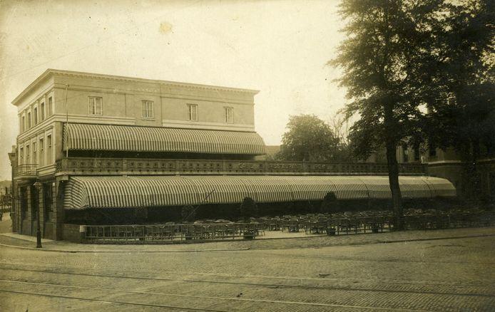 De eerste versie van Royal in 1922, met het breedste zonnescherm van Europa. Rechts een stukje van de voormalige HBS.