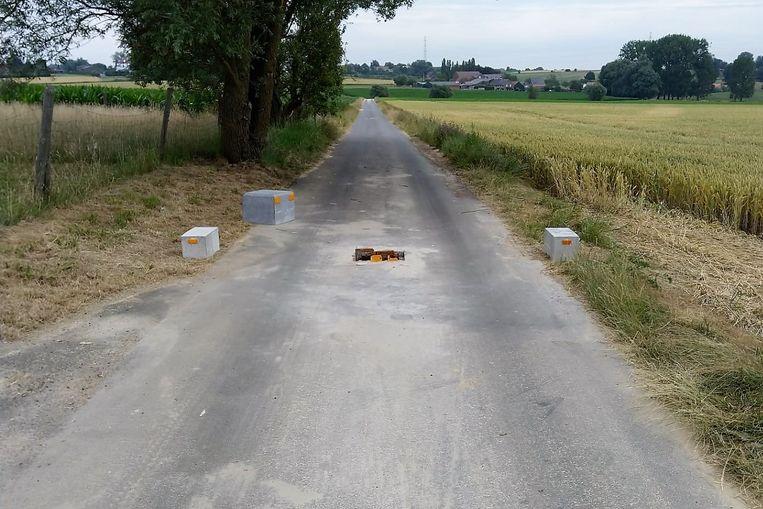 Donderdagochtend lag de stenen tractorsluis al aan de kant van de weg op de Kiethomstraat tussen Beert en Halle.