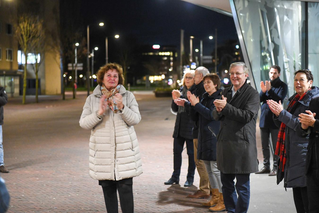 Burgemeester Spies , diverse Alphense raadsleden en burgers klappen.
