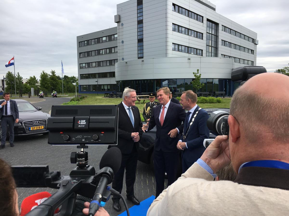 Koning Willem Alexander komt aan bij de Gezondheidsdienst voor Dieren in Deventer.