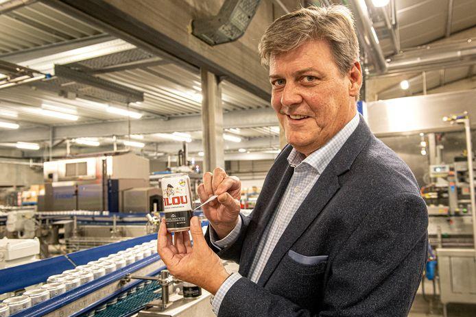 Xavier Vanhonsebrouck toont hoe je makkelijk het etiket kan verwijderen van het bierblik.