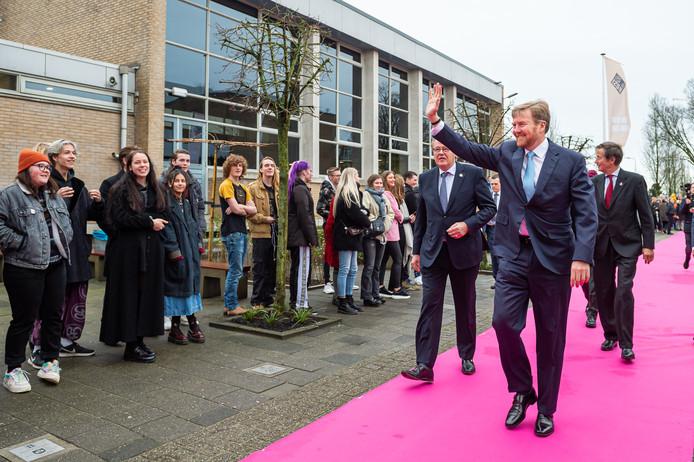 Koning Willem-Alexander begroet de leerlingen van de Vakschool Schoonhoven bij zijn aankomst,
