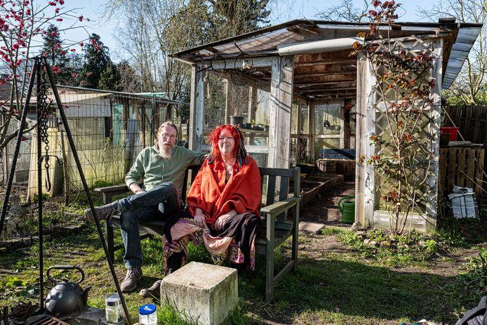 Hans Bloemhof-Huizen en Liane Huizen-Bloemhof genieten dagelijks van hun moestuin op landgoed Nimmerdor. ,,Hier zijn we helemaal weg van de wereld.''