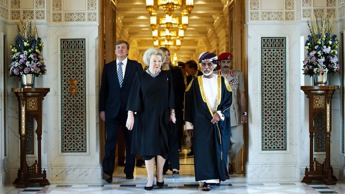 Koningin Beatrix, prins Willem-Alexander en prinses Maxima in Oman eerder dit jaar. ©anp