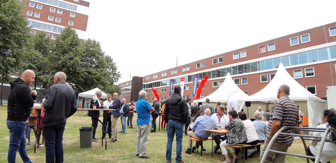 Met een hapje en een drankje werd gevierd dat de renovatie in de Hengelose Es halverwege is.