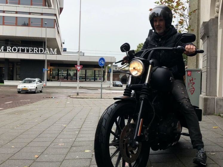 Horecabaas Dennis verkoopt zijn motor om zijn personeel te kunnen betalen