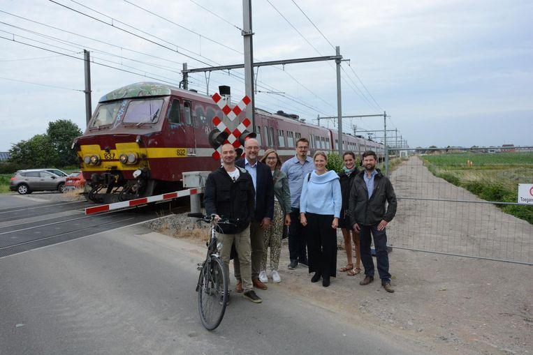 Een delegatie van de gemeente, de provincie, Infrabel en de Fietsersbond aan de spooroverweg in de Gentstraat die nog dit najaar wordt gesloten voor autoverkeer als de fietssnelweg (rechts) klaar is.