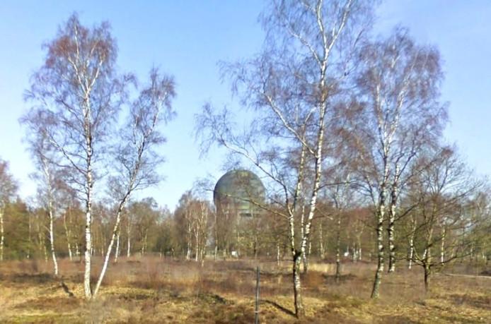 De radartoren bevindt zich midden op de Veluwe.
