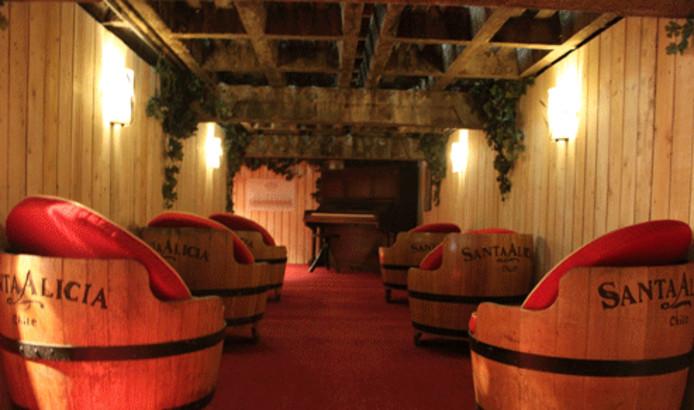 Omdat de wijnkelder van Van der Straten in Dieden maar 1.60 meter hoog is, zijn er voldoende stoelen om even te zitten.