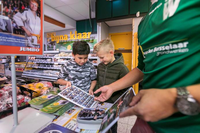 Bij Jumbo in Den Dungen kunnen klanten sparen voor spullen van hun sportclub zoals shirts, broodtrommels, placemats en stickervellen.