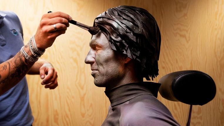 Arjen Robben in visagie om te transformeren naar levend standbeeld van Johan Cruijff voor de liveshow Nederland staat op tegen kanker. Beeld ANP