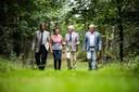 Bestuursleden van Stichting Veteranen Landgoed Vrijland wandelen over het terrein.