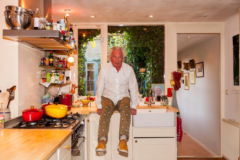 Tjalf Sparnaay in zijn keuken. Beeld Renate Beense