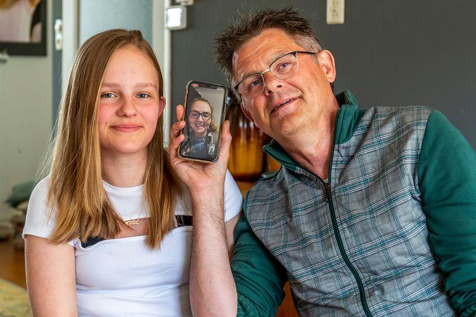 Vader Sjouke (58) en dochter Joy (13) Dijkstra aan het videobellen met vrouw en moeder, die dementie heeft.