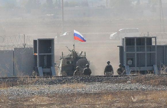 Russische en Turkse troepen aan Suruc, Turkije.