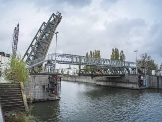 Moeilijke noodbrug is terug: oplossing voor voetgangers en fietsers naast kapotte Meulestedebrug