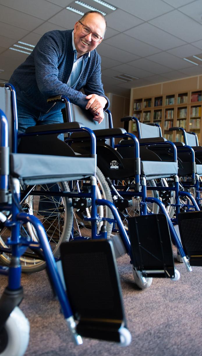 Ad Pirard bij de rolstoelen die hij regelde voor stichting Elisabeth.