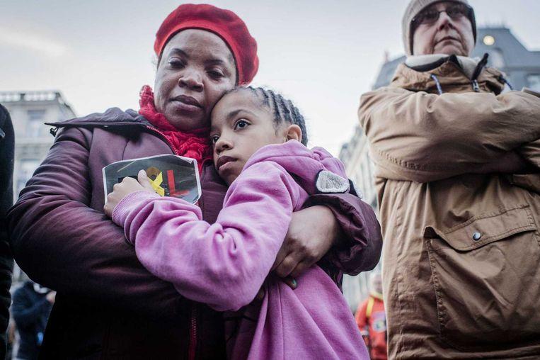 Op het Beursplein zoeken honderden mensen steun bij elkaar na de aanslagen in Zaventem en Brussel. Beeld anp