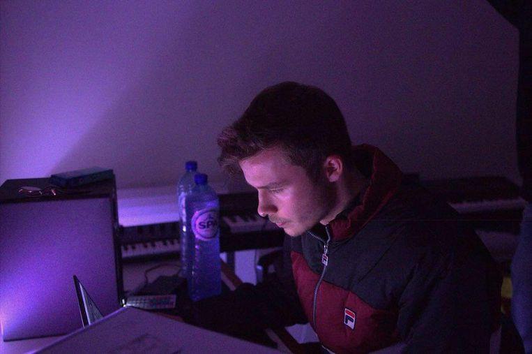Rik in zijn studio terwijl hij aan het lied werkte.