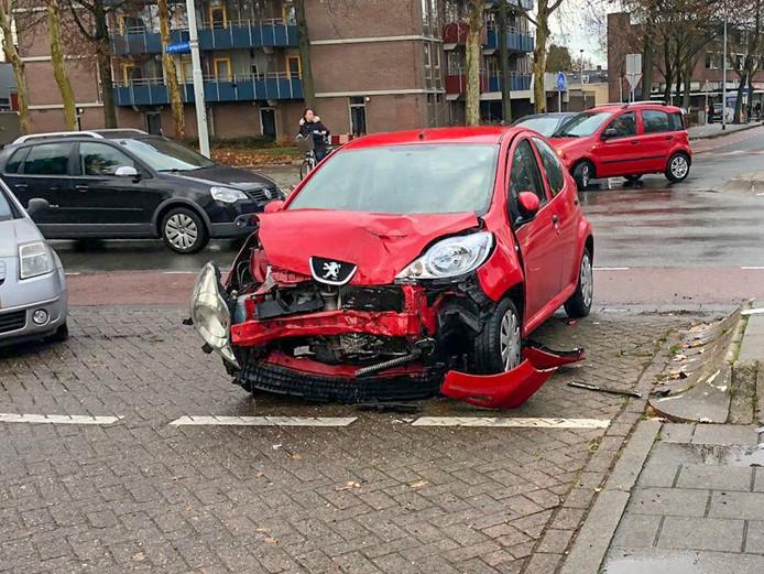 Een van de auto's na de aanrijding in Eindhoven.