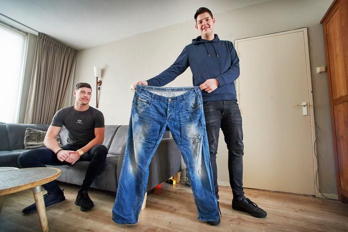 Rick Janssen uit Oss (rechts) is in minder dan een jaar tijd vijftig kilo afgevallen. Links zijn broer Danny.