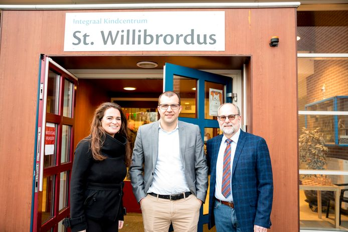 De Willibrordusschool in Zierikzee is omgedoopt tot integraal kindcentrum. Oud-schooldirecteur Erik Steegmans (r) zette de ontwikkeling in gang. Directeur Niels Mulder (m) en vestingsmanager Kimberley Lameijn van Kibeo zijn verantwoordelijk voor de dagelijkse praktijk.