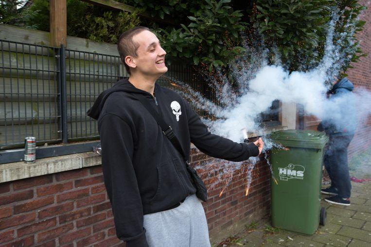In de Haagse wijk Wateringseveld steken jongeren met Oud en Nieuw vuurwerk af (archieffoto uit 2014) Beeld Najib Nafid