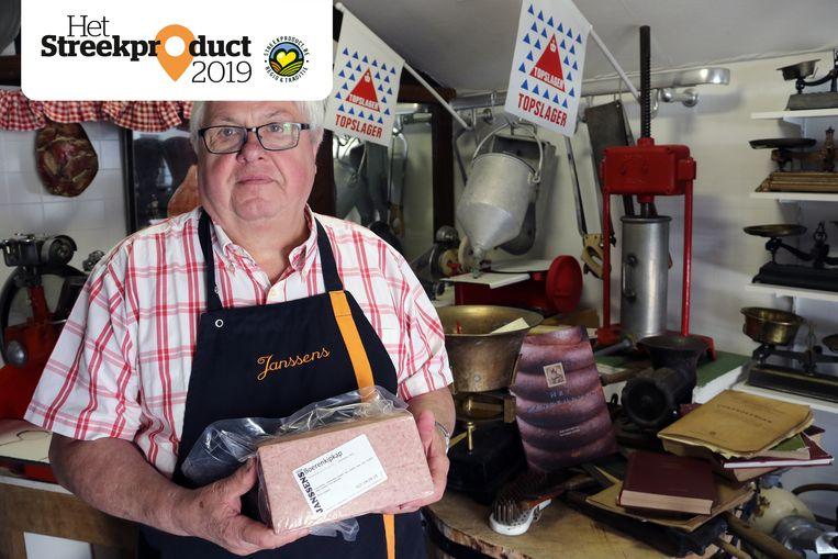 Slager Jef Janssens heeft maar liefst vijf streekproducten. Hier toont hij Molse kipkap in zijn eigen vleesmuseum.